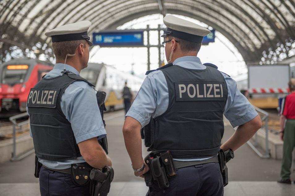 Gezielt beleidigt: Beamte einer Streife der Bundespolizei im Dresdner Hauptbahnhof.