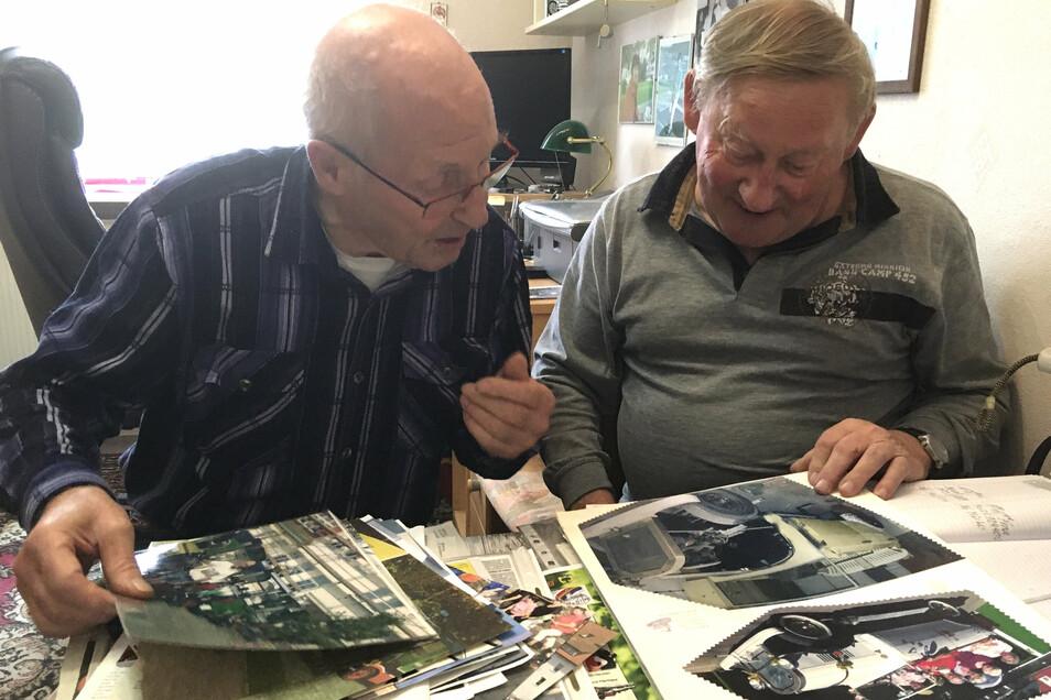 Wolfgang Krause und Stefan Kunath (r.) blättern in alten Fotomappen und erinnern sich daran, wie sie zu den Namensgebern der K&K-Bahn wurden.