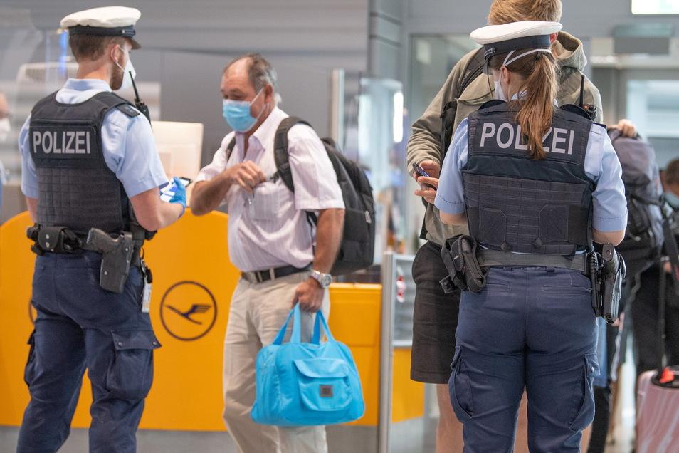 Bundespolizisten kontrollieren am Flughafen in Frankfurt Passagiere eines Fluges aus Portugal. Das Land gilt als Virusvariantengebiet.