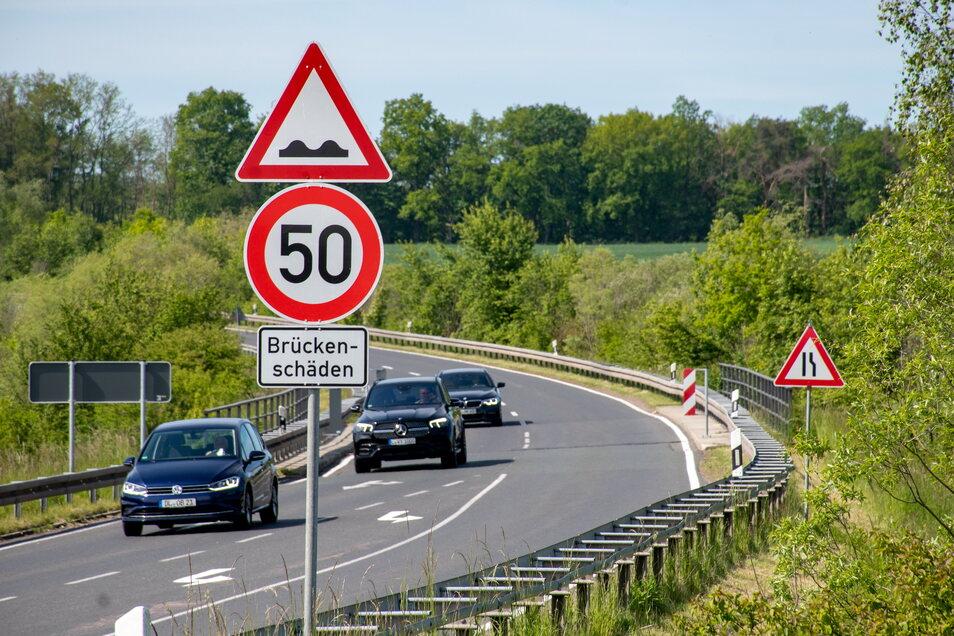 Auf der Umgehungsstraße in Leisnig darf über die Eisenbahnbrücke nur mit einer Geschwindigkeit von 50 Kilometer pro Stunde gefahren werden.