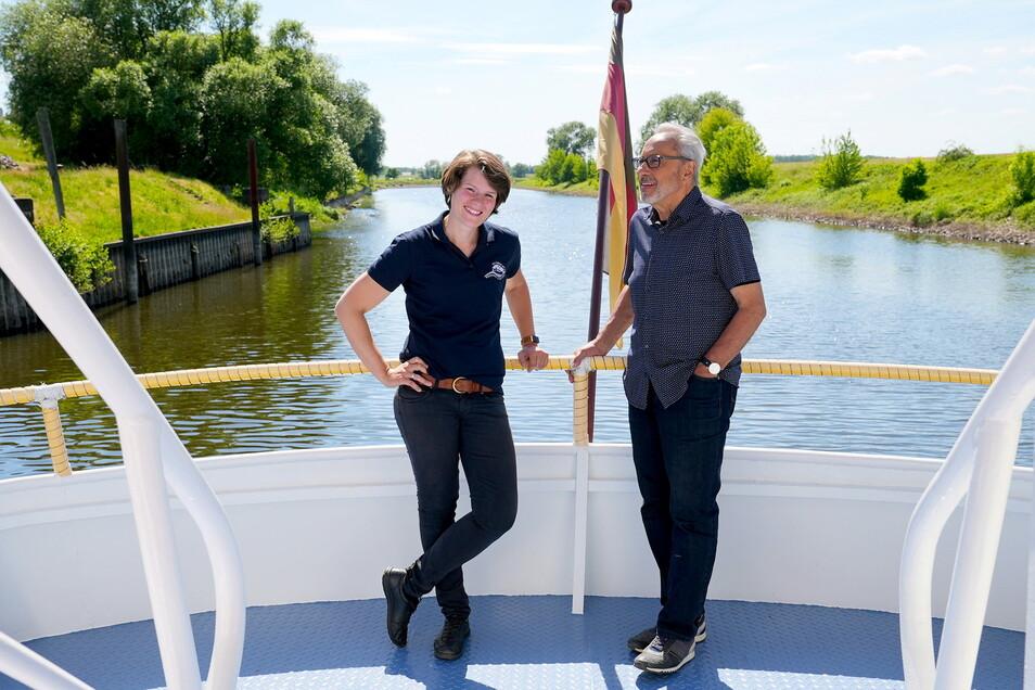 Wolfgang Stumph mit Schiffsführerin Carina Heckert auf der Elbe bei Dömitz. Acht Elbgeschichten lernt man in der MDR-Doku kennen.