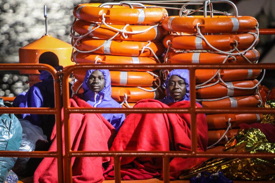 Migranten sitzen in Decken gehüllt nach ihrer Rettung aus dem Mittelmeer im Hafen von Malaga. In Deutschland beträgt der Anteil der Zuwanderer aus afrikanischen Ländern nicht einmal ein Prozent.
