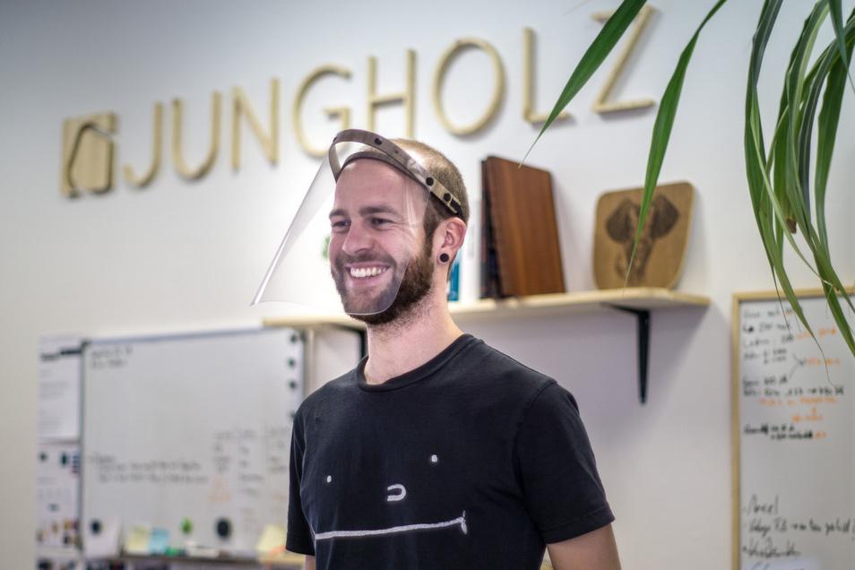 Philipp Strobel mit dem von ihm entwickelten Gesichtsvisier. Der 29-Jährige hat mit einem Partner in Dresden die Firma Jungholz gegründet, die ungewöhnliche Produkte aus Holz entwickelt und verkauft.