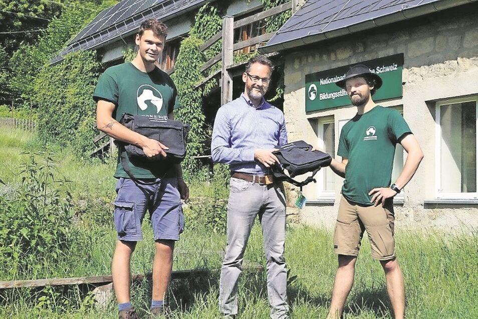 Banker Stefan Luhn (Mitte) begrüßt die Praktikanten Jonas Rüterbories (li.) und Adrian Hermsdorf.