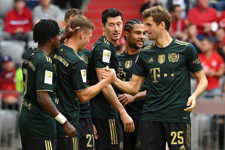 Ein gewohntes Bild, allerdings gab es das am Samstag gleich sieben Mal: Die Spieler des FC Bayern jubeln nach einem Treffer - hier nach dem 6:0 durch Joshua Kimmich (2. v. l.) gegen den VfL Bochum.