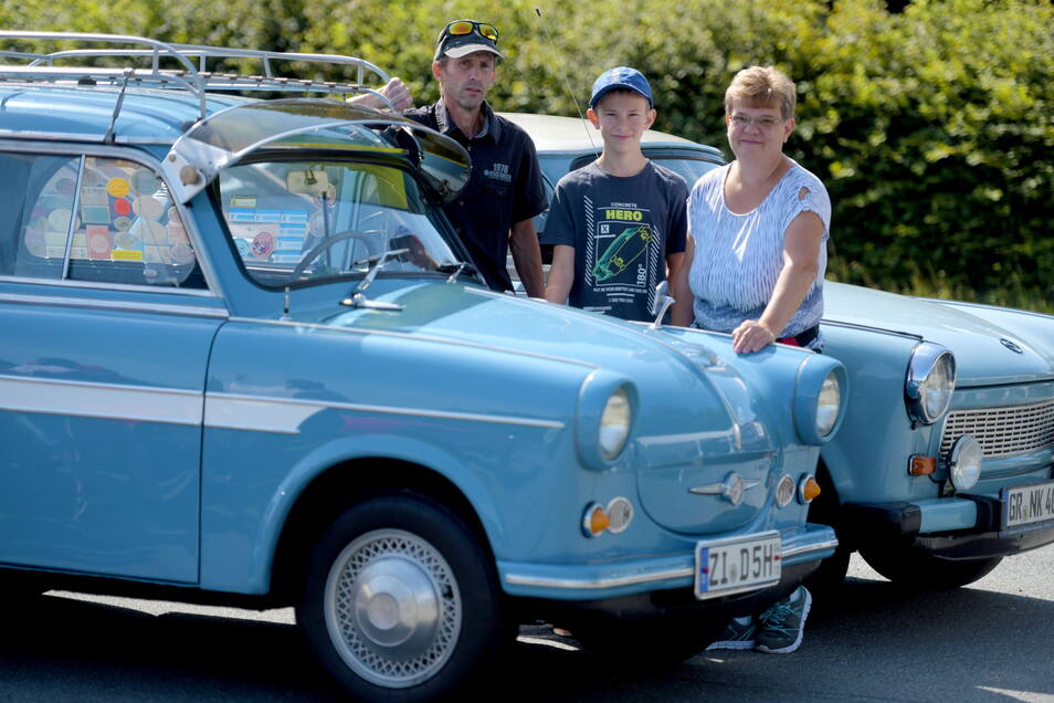 Zur Historik Mobil gehören auch die Jonsdorfer Oldtimertage. Klaus-Peter, Nico und Heike Krenzmann aus Zittau kamen mit zwei himmelblauen Trabant.