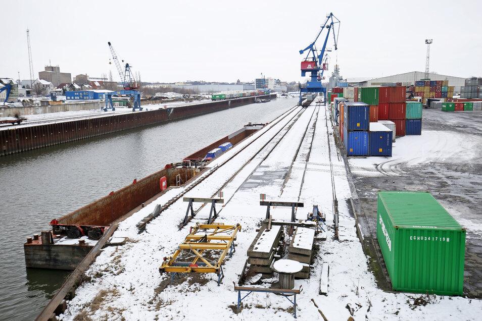 Trotz des Niedrigwassers wurden 2018 so viele Container wie noch nie seit der Wende im Hafen Riesa umgeschlagen. Das meiste ging allerdings per Bahn und Lkw auf die Reise. Erst seit Januar erlaubt der Wasserstand wieder einen Schiffsverkehr - doch es fehl