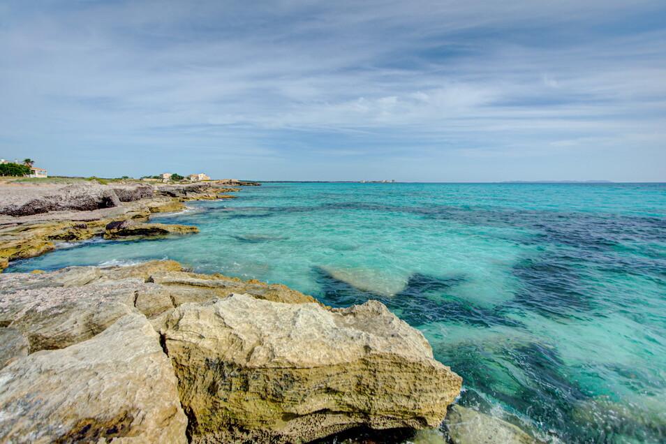 Spanien, Palma De Mallorca: Blick auf das Mittelmeer vom Strand Es Trenc. Kein Meer der Welt erhitzt sich laut einem Bericht der Umweltschutzorganisation WWF so stark wie das Wasser zwischen Südeuropa, Nordafrika und Vorderasien.