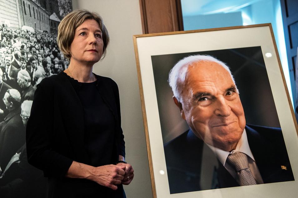Maike Kohl-Richter, Witwe von Altbundeskanzler Helmut Kohl, steht neben dem Porträt ihres Mannes. Die Gründung einer Bundeskanzler-Helmut-Kohl-Stiftung wird in der geplanten Form und zum jetzigen Zeitpunkt von der Witwe abgelehnt.