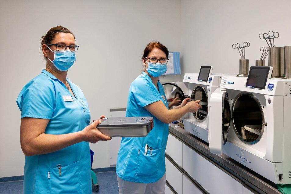 Susann Seppelt (links) und Kristin Schweighofer reinigen im Sterilisationsraum die Instrumenten.