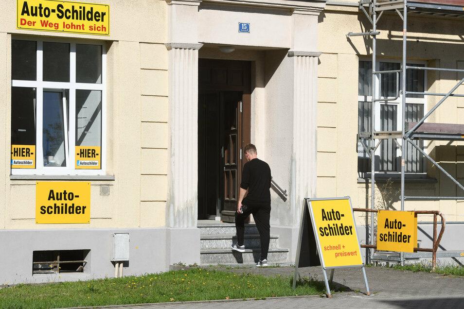 Gleich zwei Nummernschild-Anbieter haben sich beim neuen Bürgerbüro niedergelassen. Dieser hier liegt direkt vis-a-vis.