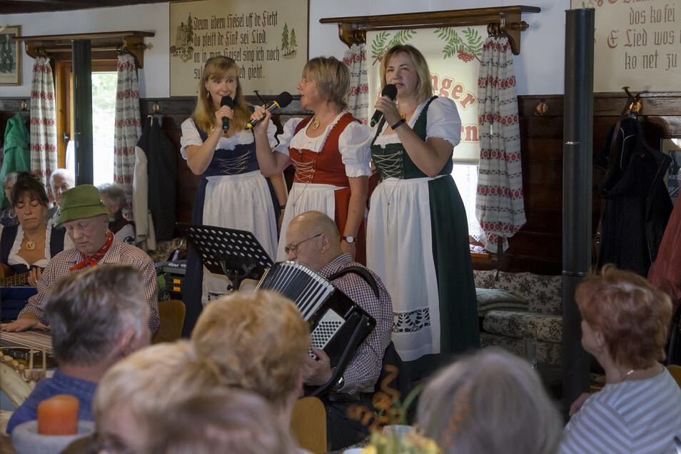 """Die """"Geisinger Vugelbeern"""" sorgten in der Waldschänke Altes Raupennest in Altenberg für gute Unterhaltung."""