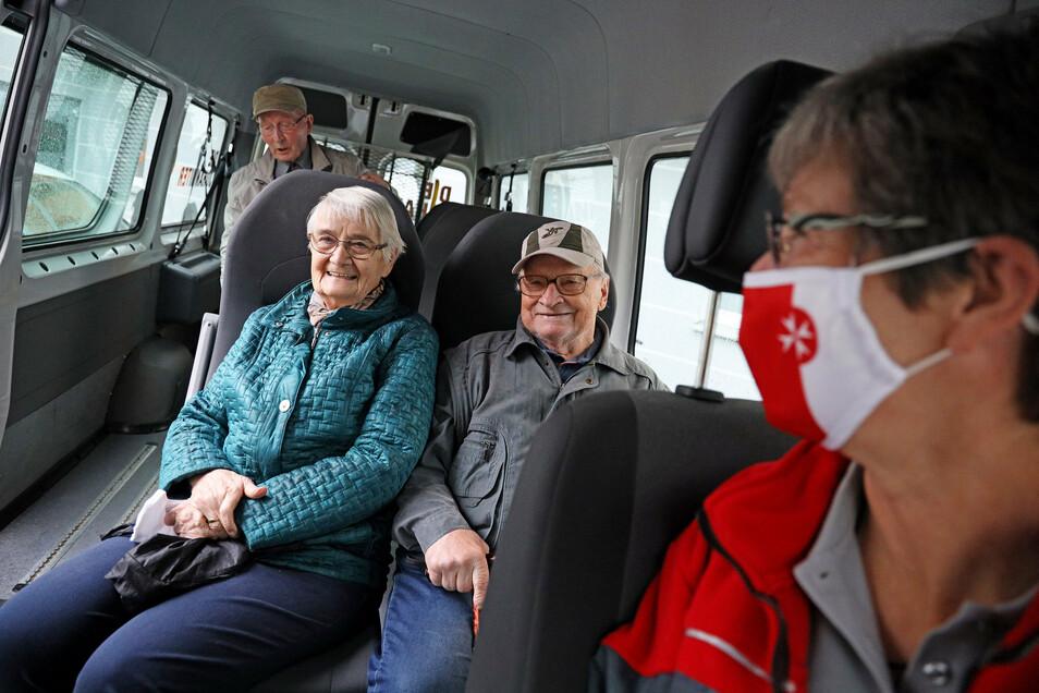 Erika und Werner Bartsch und Willi Kügler haben im neuen Kleinbus der Johanniter Platz genommen, gleich hinter der Fahrerin Steffi Müller.