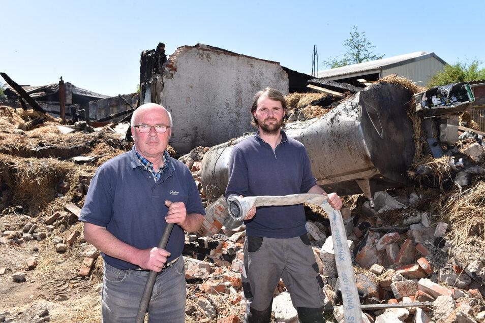 Hubertus (li.) und Alexander Schroth vor dem niedergebrannten Stall-und Scheunengebäude ihres Familienunternehmens. Das Haus war am Pfingstsonntag vollständig abgebrannt.