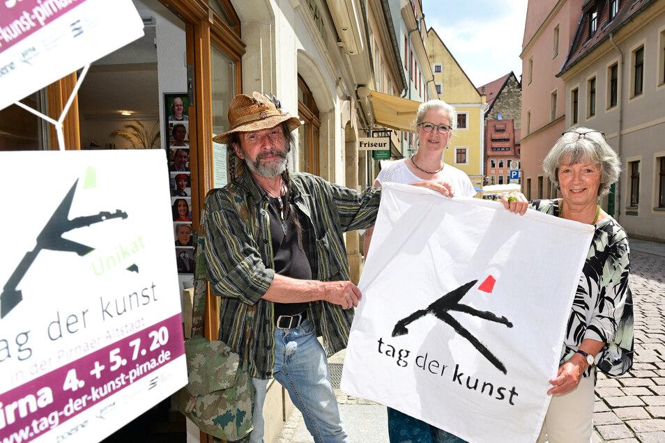 Die Organisatoren des Tages der Kunst stehen vor der Galerie Vielfalt in der Badergasse in Pirna (v.l.): Volker Lenkeit, Brigitta M. Arnold und Doris Schubert.