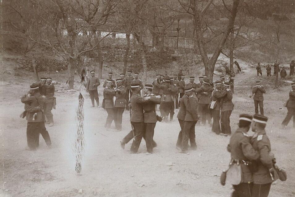 """""""Ein Tänzchen"""", so lautet der Titel dieses Fotos im Erinnerungsalbum des Gefreiten Karl Kockisch. Vielleicht spielt die Kapelle des III. Seebataillons in Tsingtau die Musik dazu."""