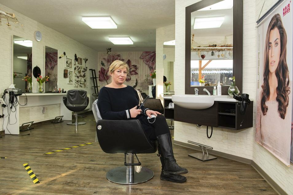 Gähnende Leere: Anett Englowski, Betreiberin zweier Friseursalons in Großenhain, muss wie alle anderen Branchenkollegen seit Mitte Dezember Kamm und Schere ruhen lassen.