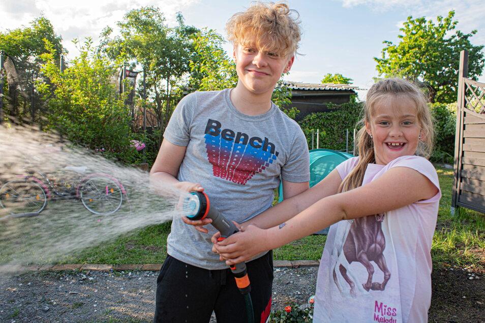 Sunny (7) und Lenni (11) sind jeden Tag mit im Garten und haben einigen Spaß.