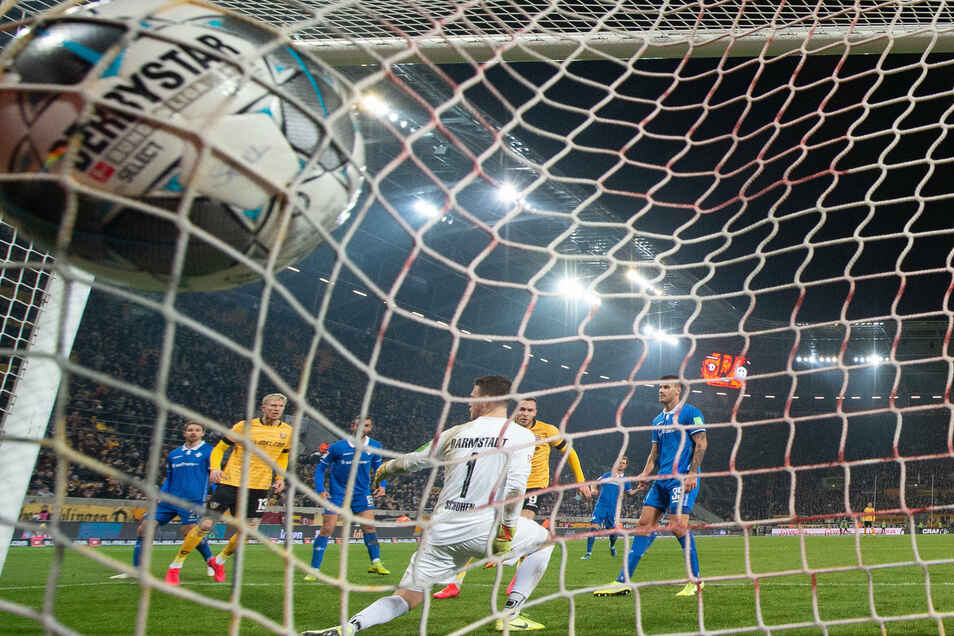 Der Ball beult das Netz aus, Darmstadts Torhüter Marcel Schuhen kann nur über die Schulter hinterherschauen. Es ist der Ausgleichstreffer für Dynamo durch Patrick Schmidt (5. v. l.). Doch das 3:3 wird nach Videobeweis aberkannt - die Begründung ist fadens