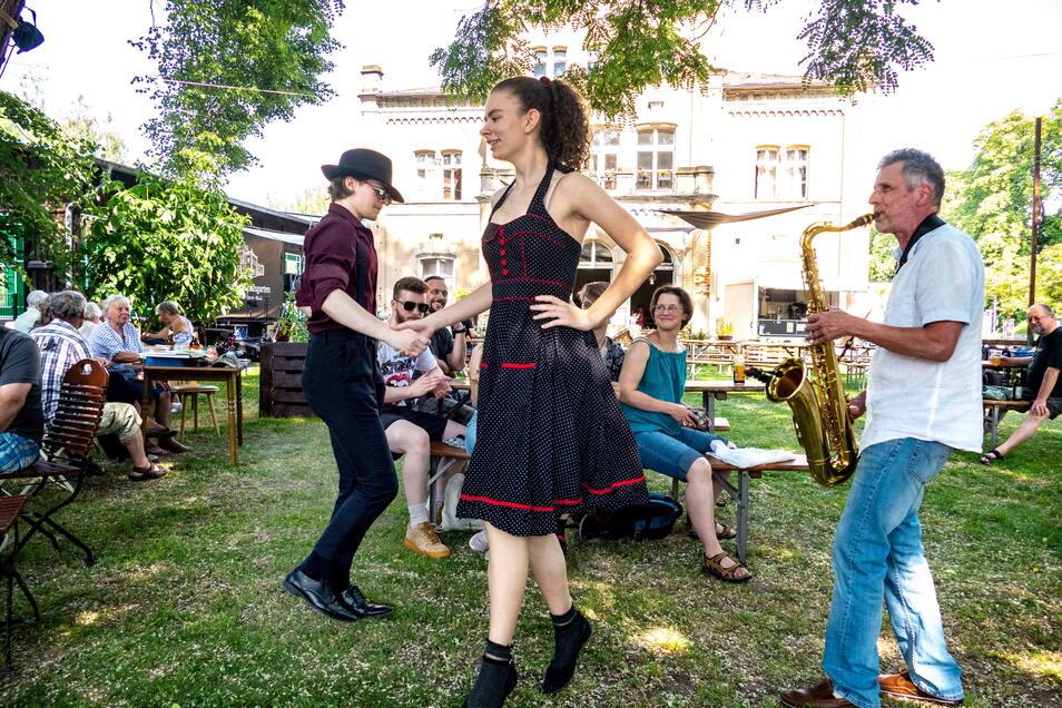 Am Sonnabend, bei der Einweihung des Biergartens des Kulturbahnhofs in Leisnig spielte Jens Lübeck auf dem Saxofon und animierte auch zum Tanzen.