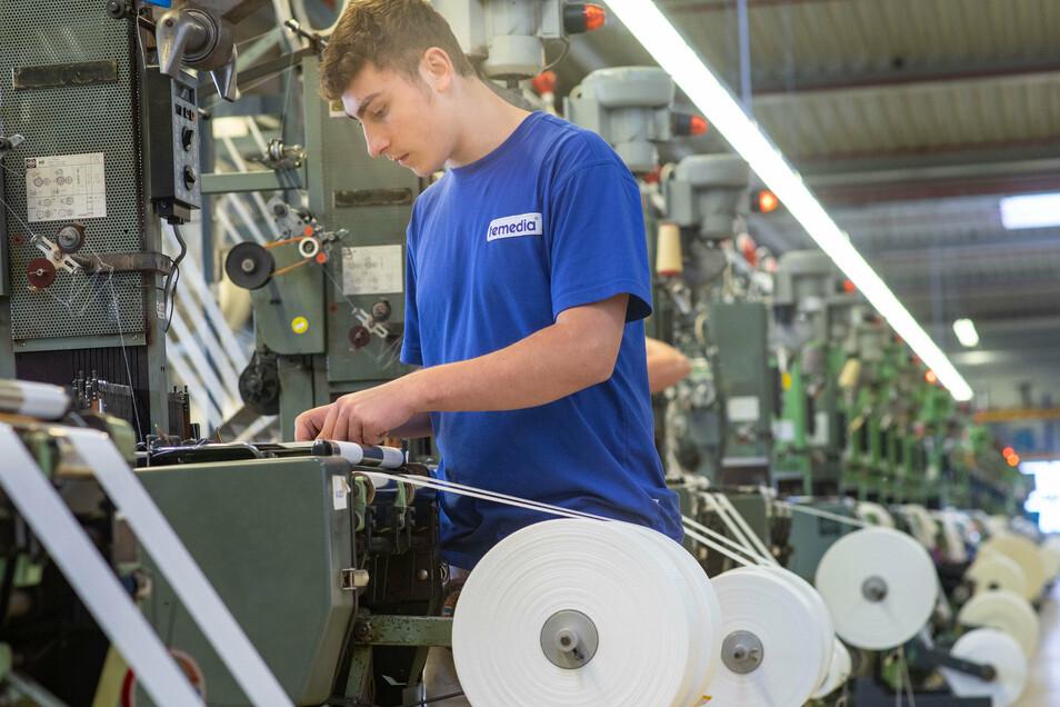 Wie es in Produktionshallen im Landkreis Bautzen aussieht, können sich Interessierte bei der Aktion Spätschicht am 9. und 16. Oktober anschauen. Eine Station dabei ist die Firma Temedia in Bischofswerda, wo unter anderem Azubi Justin Strube tätig ist.
