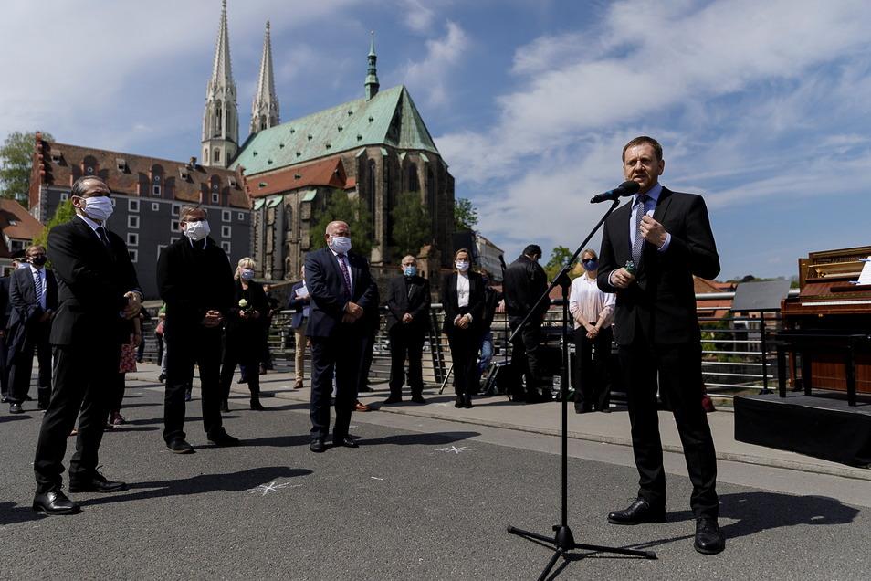 Michael Kretschmer auf der Altstadtbrücke im vergangenen Jahr, hier bei einer Gedenkveranstaltung.