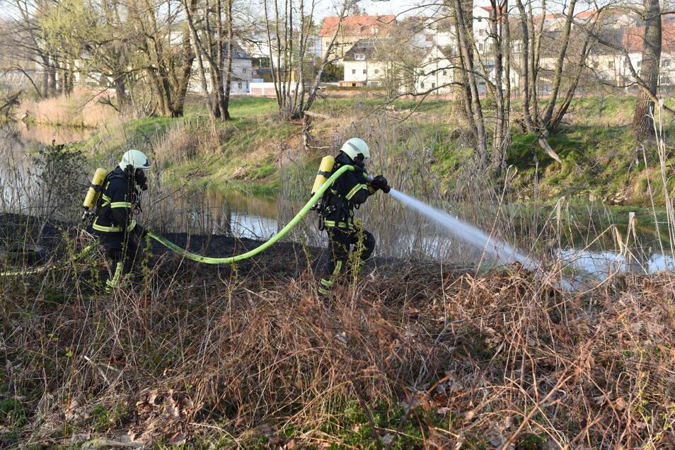 Unter Atemschutz gingen sie gegen die Flammen vor.