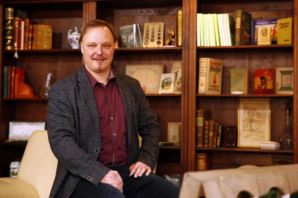 Carsten Rybicki (AfD) betreibt in Königsbrück ein Antiquariat und Kunsthandelsgeschäft. Bei der Wahl im Frühjahr kam er auf knapp zehn Prozent der Stimmen. Jetzt tritt er wieder an.