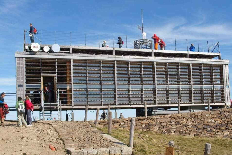 Das moderne Postgebäude auf der Schneekoppe hat nun einen italienischen Besitzer. Ausflügler können von dort weiterhin Karten verschicken.