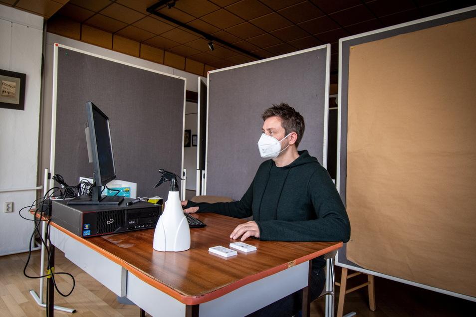 Dr. Sebastian Michel sitzt im Waldheimer Testzentrum am Computer, an dem die Tests ab kommendem Montag erfasst werden.