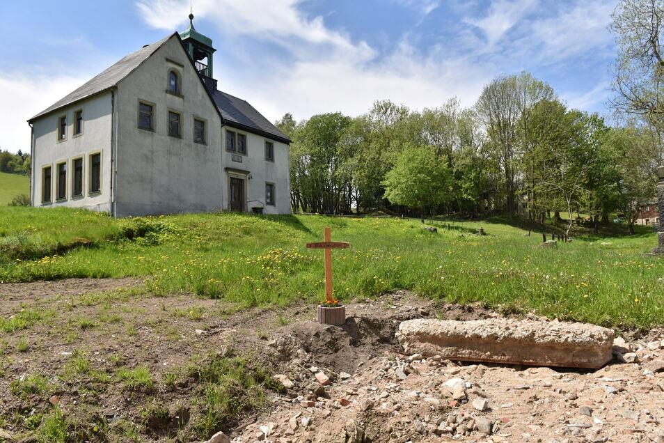 Das Kreuz steht an der Stelle, wo das alte Feuerwehrhaus stand. Das neue lässt lange auf sich warten.