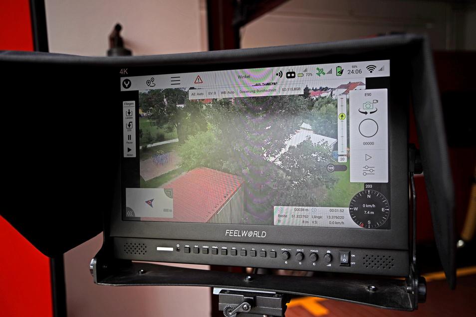 Zur Drohne gehört auch noch ein größerer Monitor: Er wird am Einsatzort auf einem Dreibein montiert und steht dem Einsatzleiter zur Verfügung.