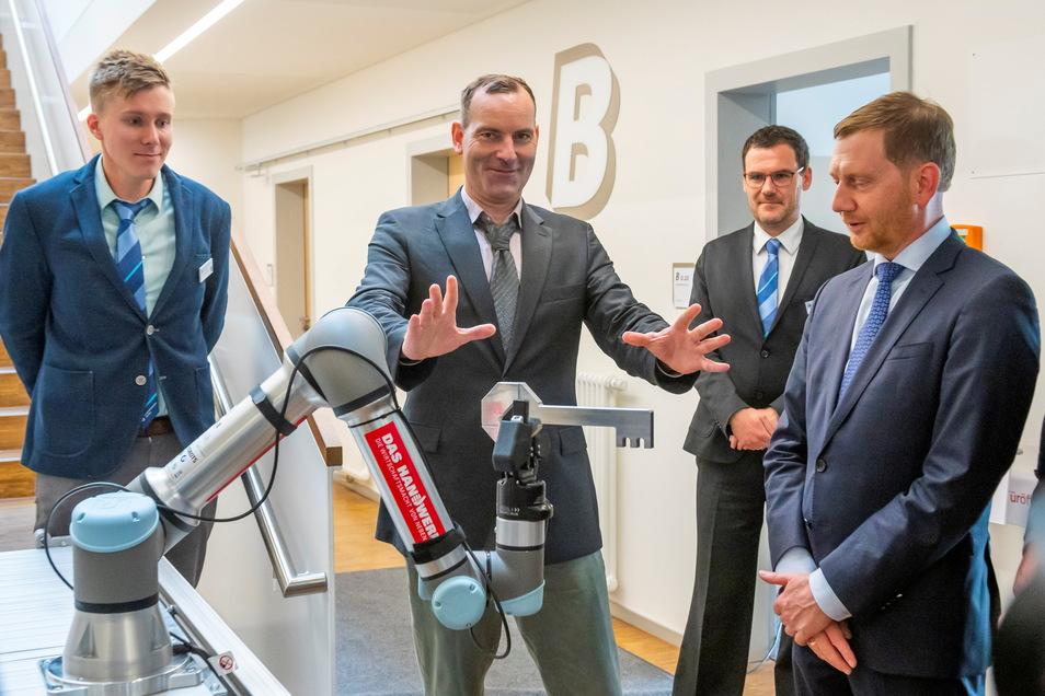 Den symbolischen Schlüssel übergab Michael Kretschmer einem Roboter - moderne Technologien spielen eine wichtige Rolle im neuen Handwerks-Bildungszentrum.