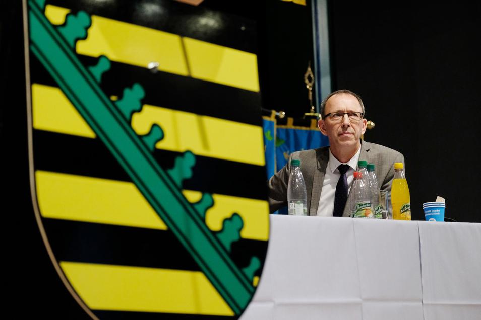 Die sächsische AfD-Fraktion sieht die 2014 erfolgte Berufung von Annette Schavan (CDU) zur Botschafterin im Vatikan kritisch - und geht dagegen juristisch vor, wie der Fraktionsvorsitzende Jörg Urban am Montag mitteilte.