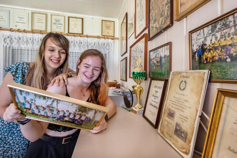 Historische und aktuelle Fotos, Pokale und Preise haben die Sportler des SV 29 Gleisberg für eine Ausstellung zum 90-jährigen Vereinsbestehen zusammengetragen. Spielerfrau Lena Göritz (links) und ihre Freundin Sandy Schubert sind neugierig darauf.