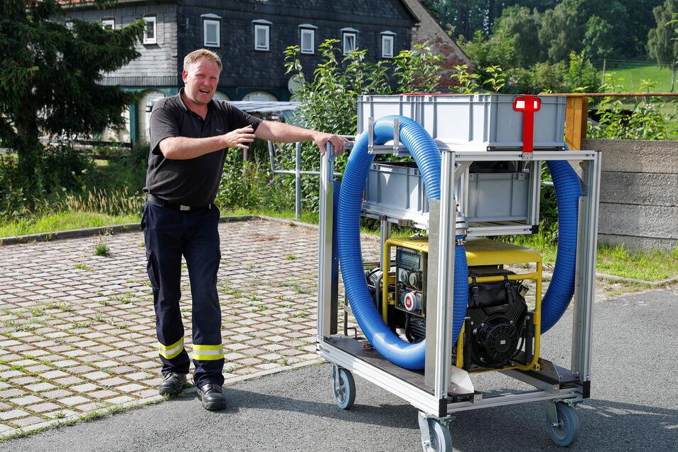 Gemeindewehrleiter Alexander Pollier mit dem neuen Rollcontainer.