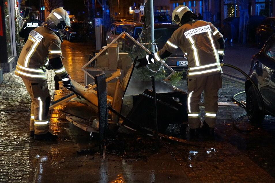 An der Bautzener Karl-Marx-Straße löschten Feuerwehrleute einen Haufen Sperrmüll.