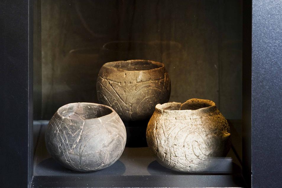 Gefäße, wie sie im Laufe der Jahre immer wieder im Brunnen gefunden wurden, unversehrt und offenbar mit Gaben für die Geister gefüllt.