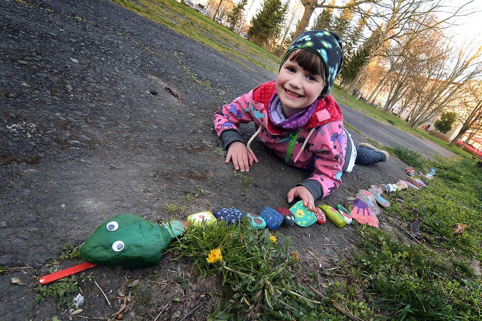 Gemeinsam mit ihren Geschwistern hat Luna (7) begonnen, eine Steinschlange zu bauen. Sie soll weiter wachsen.