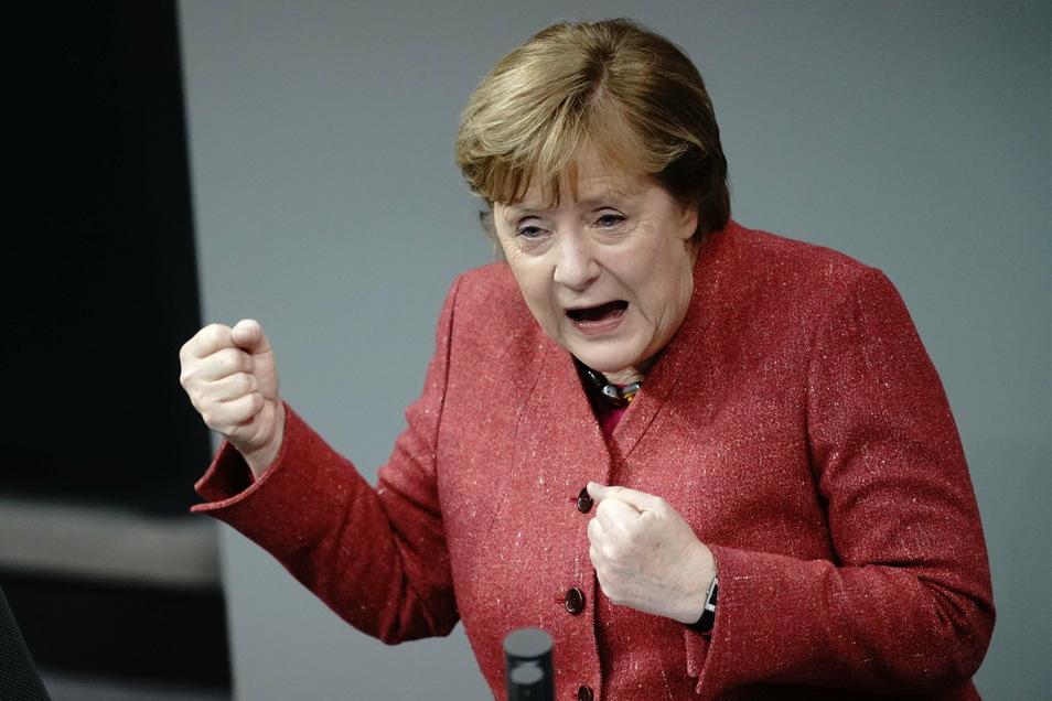 Angela Merkel (CDU) hält im Bundestag eine emotionale Rede.