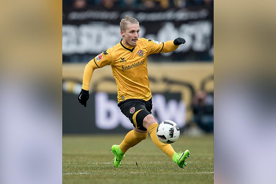 Im Frühjahr 2013 erhielt Marvin Stefaniak als 18-Jähriger seinen ersten Profivertrag bei Dynamo und gab am 15. Februar 2014 beim Auswärtsspiel gegen den FSV Frankfurt in der zweiten Liga sein Debüt. Bis zum Sommer 2017 absolvierte er insgesamt 107 Partien