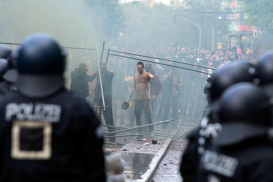 Fans hatten beim Spiel Dynamo Dresden - Türkgücü München am 16. Mai vor dem Stadion eine Blockade aus Bauzäunen errichtet, es flogen Flaschen und Bengalos, Polizisten wurden verletzt.