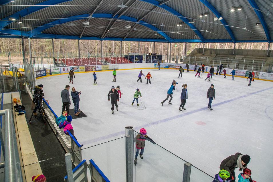 Eislaufen im Nieskyer Waldstadion macht Spaß wie noch nie. Im Kalenderjahr 2019 gab's hier einen Rekordbesuch.