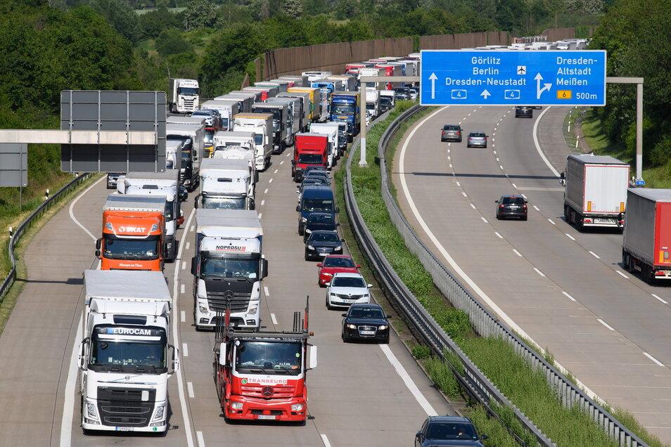 Lastwagen stauen sich auf der Autobahn 4 bei Dresden. Viele der Fahrer müssen später auf überfüllten Rastplätzen nächtigen - falls sie überhaupt einen Platz finden.