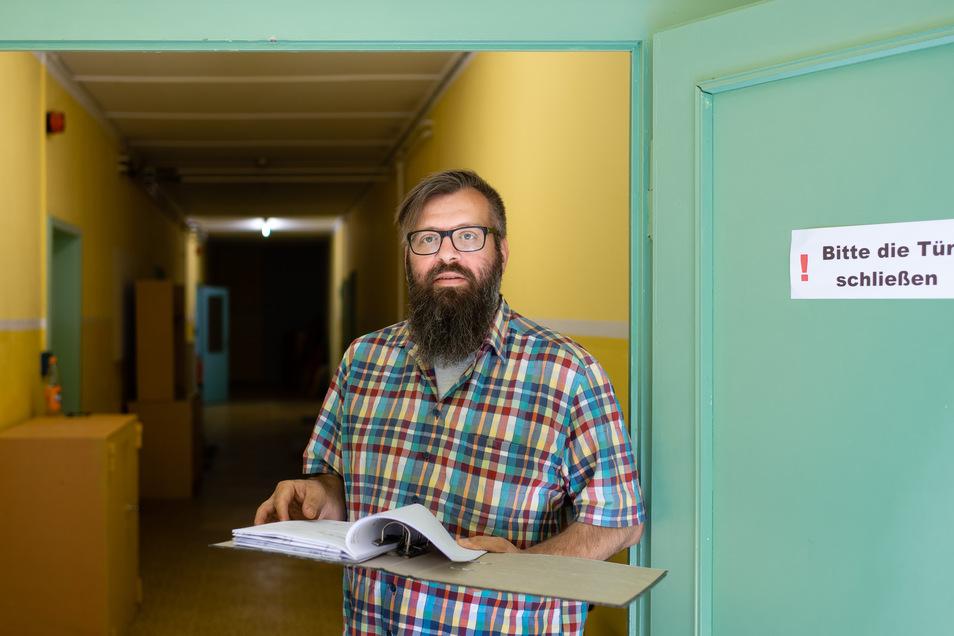 Robert Geburek, Vorsitzender des Vereins Regenbogen, steht an der Tür zum hinteren Bereich des Hauses an der Belmsdorfer Straße 28. Bisher nutzten die Verkehrswacht und die Billardsportler diese Räume. Jetzt wurden auch sie dem Regenbogen-Verein übertrage