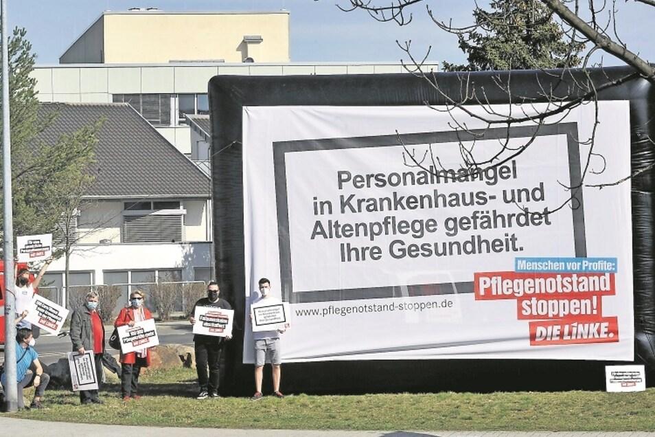 Neben dem Kreiskrankenhaus, im Bereich Kreisverkehr Karl-Liebknecht-Straße/Schweigstraße, hatte Die Linke ihre Protestaktion in Weißwasser angesiedelt.