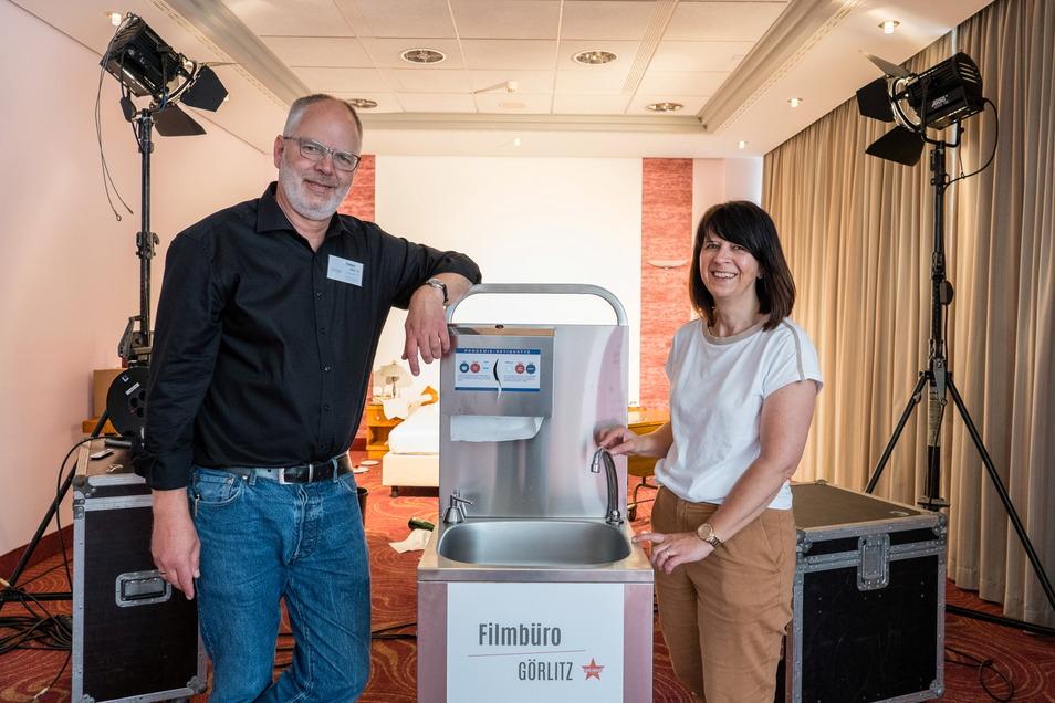 Kerstin Gosewisch und Henrik Greisner mit der neuen Hygienestation.