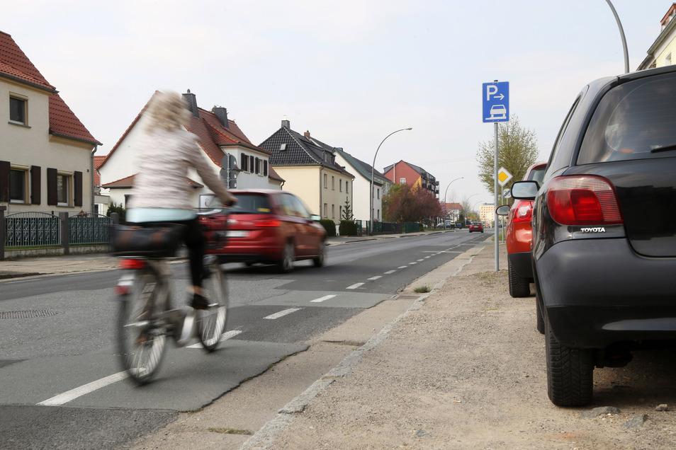 """Kein """"echter"""" Radweg: der Radschutzstreifen an der Langen Straße."""