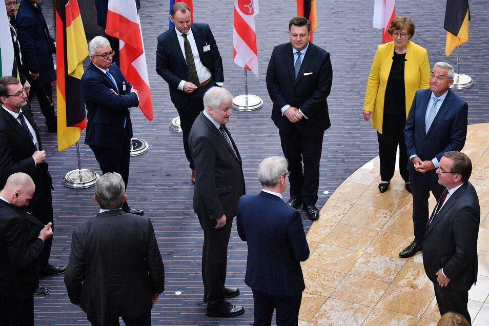 Bundesinnenminister Horst Seehofer (CSU) inmitten der Innenminister der Länder.