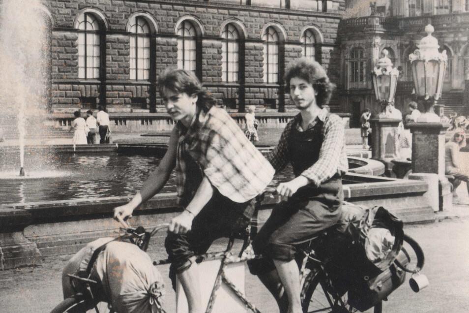 1980 war Frank Hoferick (l.) bei einer Radtour mit einem Freund erstmals in Dresden. Acht Jahre später fing der junge Mann in der Zwingerbauhütte an.